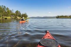 Путешествовать kayakering в мелком реке Jämtland Швеции Enan стоковая фотография