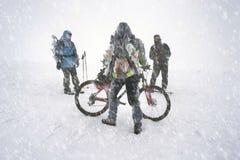 Путешествов с горным велосипедом в шторме снега Стоковые Фотографии RF