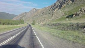 Путешествуйте автомобилем на Chuysky Trakt в горах Altai акции видеоматериалы
