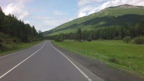 Путешествуйте автомобилем на Chuysky Trakt в горах Altai сток-видео