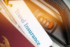 Путешествуйте бирка страхования на чемодане около численного замка комбинации, p Стоковое Изображение RF