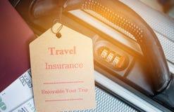 Путешествуйте бирка страхования на чемодане около численного замка комбинации, Стоковые Фотографии RF