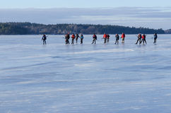 Путешествуйте группа конькобежца на ровном льде Стоковые Фото