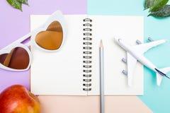 Путешествуйте детали аксессуаров ` s на пастельных цветах предпосылке, концепции каникул стоковая фотография rf