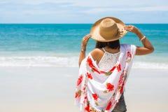 Путешествуйте женщина Азии с шляпой и платьем на море Стоковые Изображения RF