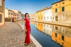 Путешествуйте женщина на каникулах в маленькой Венеции Стоковые Изображения