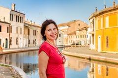 Путешествуйте женщина на каникулах в маленькой Венеции Стоковое фото RF