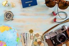 Путешествуйте изображение аксессуаров схематическое строгая отключения на голубой деревянной предпосылке Стоковая Фотография
