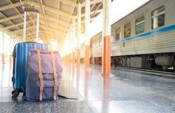 Путешествуйте концепция, багаж выровнянный железнодорожными платформами Стоковое Фото