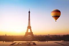 Путешествуйте концепция, красивый вид горячего воздушного шара летая около Эйфелевой башни в Париже, Франции Стоковое Изображение RF