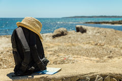 Путешествуйте концепция с рюкзаком, картой и соломенной шляпой Стоковые Изображения