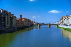 Путешествуйте к реке Италии - Арно с мостом Carraia alla Ponte в городе Флоренса Стоковое Изображение RF