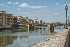 Путешествуйте к реке Италии - Арно с мостом Carraia alla Ponte в городе Флоренса Стоковое фото RF