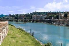 Путешествуйте к реке Италии - Арно с мостом Carraia alla Ponte в городе Флоренса Стоковые Фото