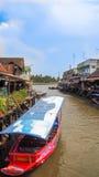 Путешествуйте парки шлюпки в канале на Ampawa Таиланде Стоковое фото RF
