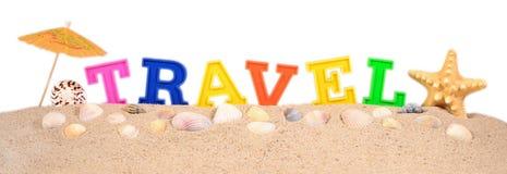 Путешествуйте письма на песке пляжа на белизне Стоковая Фотография RF