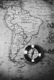 Путешествуйте предпосылка концепции, винтажные compas и старая карта земли стоковая фотография rf