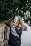 Путешествуйте старый город Молодая женщина путешествует против вала warsaw символа квадрата mermaid рынка рождества Курчавая деву Стоковые Фотографии RF