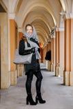 Путешествуйте старый город Молодая женщина путешествует против вала warsaw символа квадрата mermaid рынка рождества Курчавая деву Стоковая Фотография