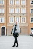 Путешествуйте старый город Молодая женщина путешествует против вала warsaw символа квадрата mermaid рынка рождества Курчавая деву Стоковые Фото