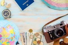 Путешествуйте строгая схематическое изображение на голубой деревянной предпосылке Стоковые Изображения