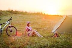 Путешествуйте с велосипедом одним - молодая женщина в шатре Стоковое Изображение