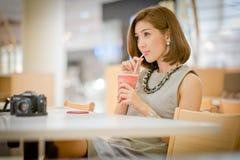 Путешествуйте туристская женщина на каникулах, выпивая smoot сока арбуза Стоковое Изображение