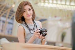Путешествуйте туристская женщина на каникулах, и фотографировать Стоковые Изображения RF
