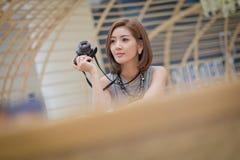 Путешествуйте туристская женщина на каникулах, и фотографировать Стоковое фото RF