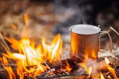 Путешествуйте titanium чашка на древесине на предпосылке леса Обед во время t Стоковое Фото