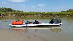 Путешествующ оборудованный каяк на берег Стоковые Фотографии RF