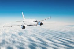 Путешествующ самолетом, отключение на каникулах, летая над облаками стоковые фотографии rf