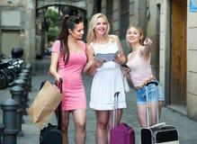 3 путешествуя девушки с бумажной картой Стоковые Фотографии RF