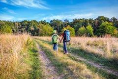 2 путешествуя дет с рюкзаками Стоковые Изображения RF