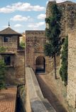 Пути внутри средневековой крепости стоковые изображения