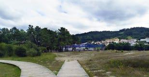 Пути деревянных планок на песке и траве и взгляд railw Стоковая Фотография RF