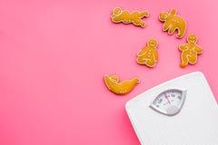 Пути для теряют вес Спорт Печенья в форме asans йоги близко вычисляют по маcштабу на розовом космосе экземпляра взгляд сверху пре Стоковые Фотографии RF