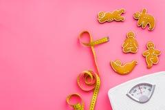 Пути для теряют вес Спорт Печенья в форме asans йоги близко лента вычисляют по маcштабу и измерять на розовом взгляд сверху предп Стоковые Изображения