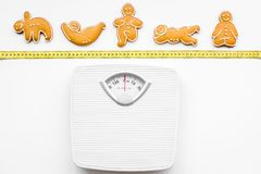 Пути для теряют вес Спорт Печенья в форме asans йоги близко лента вычисляют по маcштабу и измерять на белом взгляд сверху предпос Стоковое Изображение RF