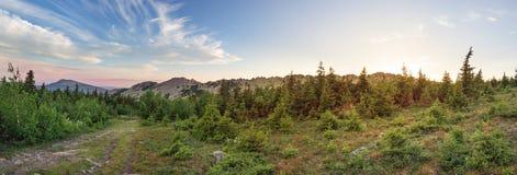 Пути между лесами и горами южного Урала Лето в горах Взгляд от гор Природа Sou Стоковые Фотографии RF
