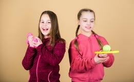 Пути помочь детям найти спорт они наслаждаются Друзья готовые для тренировки Мы любим спорт Ребенок мог первенствовать внутри сов стоковое изображение