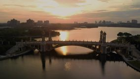 Путраджайя, Wilayah Persekutuan/Малайзия - 31-ое августа 2018: Воздушный кинематографический взгляд на мосте Seri Gemilang с крас