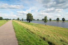 Путь велосипеда вдоль голландского реки Стоковое Изображение RF
