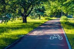 Путь велосипеда в парке с знаками Стоковые Изображения