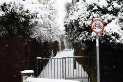 Путь велосипеда с подписывает внутри снег Стоковое фото RF