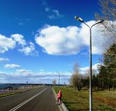 Путь велосипеда вдоль обваловки реки Стоковая Фотография