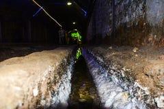 Путь воды внутри солевого рудника Khewra стоковые изображения