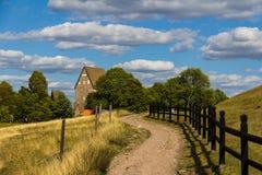 Путь водя к старому дому фермы в Gamla Уппсале, Швеции Стоковая Фотография