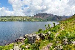 Путь вокруг национального парка Cumbria Англии Великобритании района озера вод Ennerdale стоковые фото
