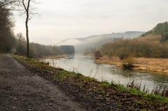 Путь вдоль реки на туманный день Стоковые Изображения